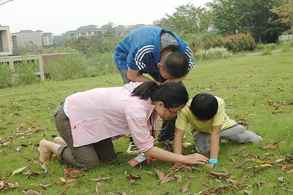 我们的夏令营与别家的有何不同? 最专业的自然教育主题探究课程:专业的20个主题探究课程,学会20项野外生存的知识和技能,学会深度思考,学会系统地运用技能去进行动植物观察和探索。 最严厉的坚毅品格野外生存体验:专业户外徒步毅行、野外定向、晚餐制作任务、野外露营等,打造孩子砂砾般坚毅的品格。 在团队中成长:团队协作、关爱与感恩、规则与自由、问题发现与解决、总结与分享。培养孩子解决问题、思考与动手能力,培养孩子坚强的意志和克服困难的勇气。  邀请时间:2016年4月10日2016年7月 营期:7天6夜(每